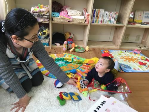 オーナーの山本さんに遊んでもらってご満悦の息子。音の鳴る鶏のおもちゃが気に入ったようで、この後ずっと離しませんでした。