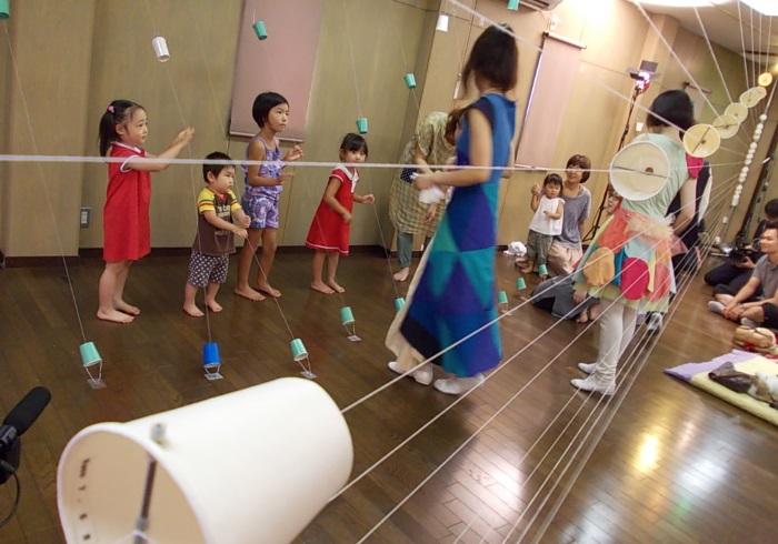 子どもたちも演奏体験。空間全体が楽器になった場所
