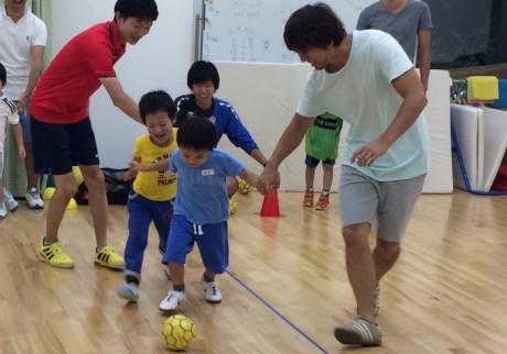 2歳から参加できる。ママと一緒もOK!の親子サッカー教室