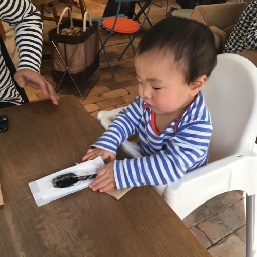 カフェには子ども用の椅子も用意されていました。息子、スプーンを片手に食べる黄満々です。(※キッズ専用メニューなどは特にありません)