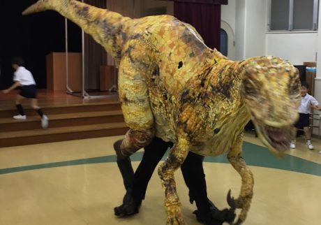 本当は生きてる!? ステージから降りてきたリアルな恐竜