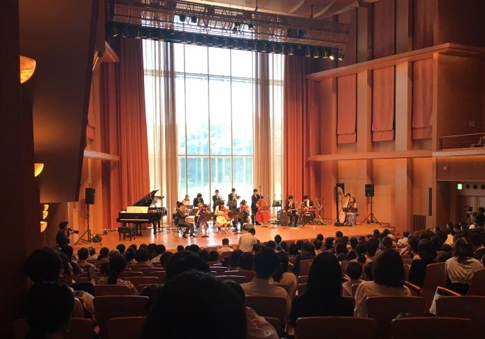ステージの上に集合! 演奏者の足元で聴くコンサート