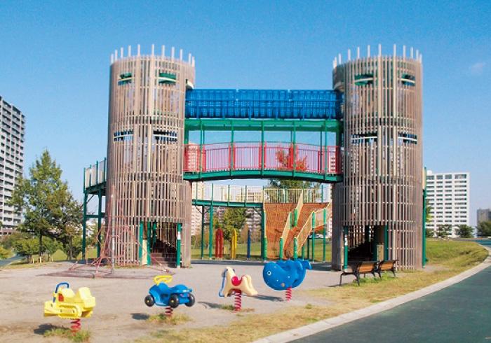 砦のようなタワー!? 大型遊具がすごい公園3つ
