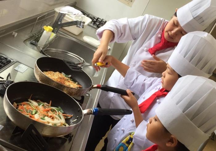 年少さんからOK。コック帽をかぶる本格的な料理教室