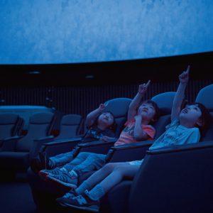 <span>涼しい遊び場特集4</span> 子どもが飽きずに楽しめる。ベビー&キッズ向け上映があるプラネタリウム