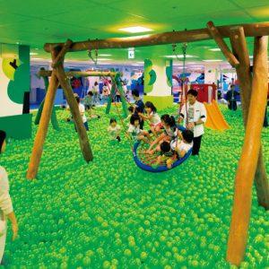 <span>涼しい遊び場特集8</span> トランポリンにボールプール。涼しい屋内スポットでカラダを動かして遊ぼう!