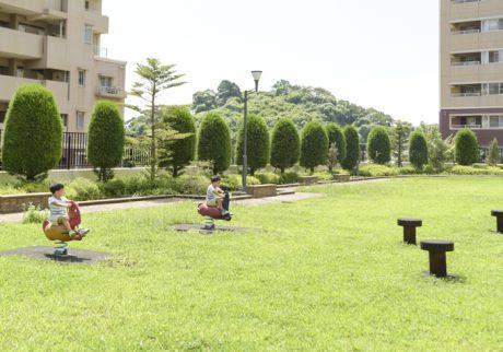 家の前には緑あふれる広場。子育てしやすさで選ぶ街