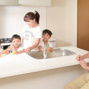 <span>UR賃貸住宅・神奈川</span> キッチンに並んでお手伝い。「子どもを育てる部屋」の特徴