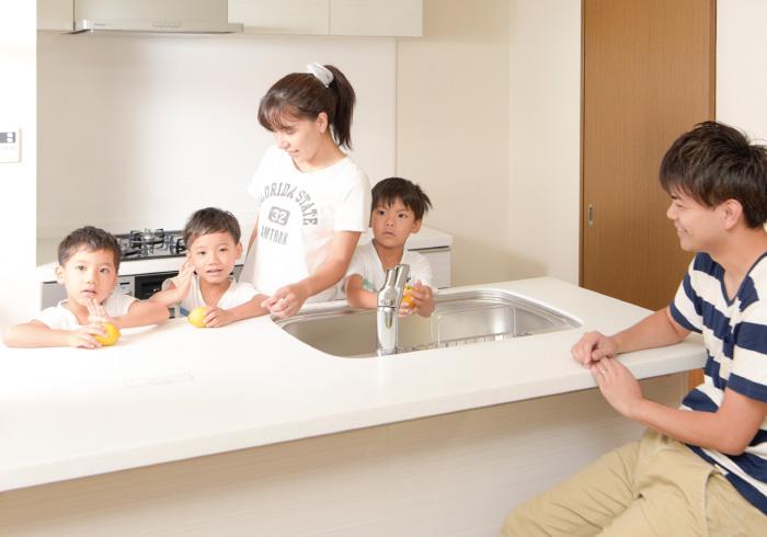 キッチンに並んでお手伝い。「子どもを育てる部屋」の特徴