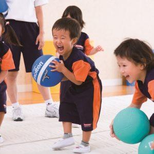<span>3・4・5 歳向け</span> キッズの運動能力をのばすには5歳から。おすすめスクール案内