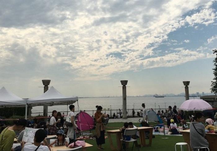 海を間近に望む公園で、子どもも一緒に楽しめる青空マーケット