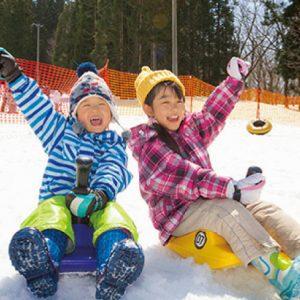 <span>冬温泉&スキー特集・4</span> 大人は温泉。子どもはホテル前のゲレンデで、雪遊びを満喫