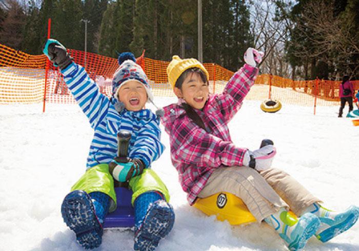 大人は温泉。子どもはホテル前のゲレンデで、雪遊びを満喫