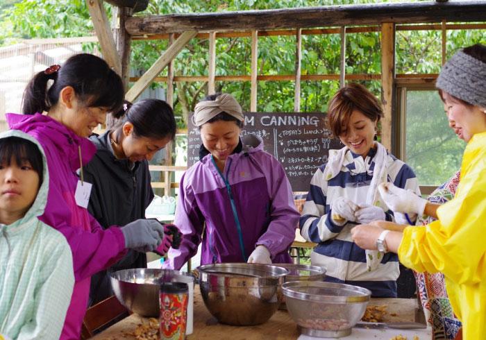 畑作りから収穫物の瓶詰めまで。「FARM CANNING」主宰、西村千恵さんの子育て