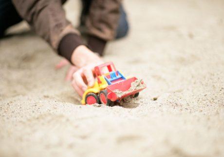 ひとり砂場で遊ぶ6歳の息子。友だちとうまくかかわれないのかも