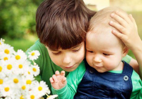 5歳のお兄ちゃんが2歳の弟に嫉妬する気持ち。どう受け止めたらいい?