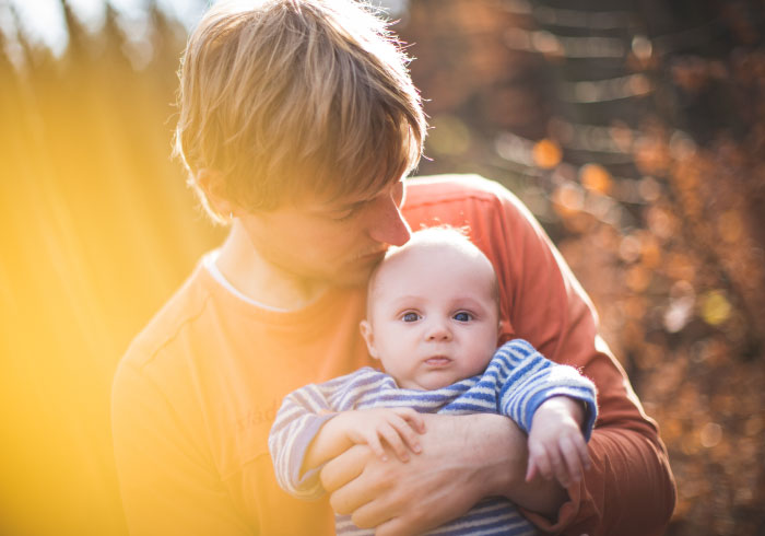 視界が広がり、ベビーごきげん。前向き抱っこでわかること【ママの本音のYES&NO】