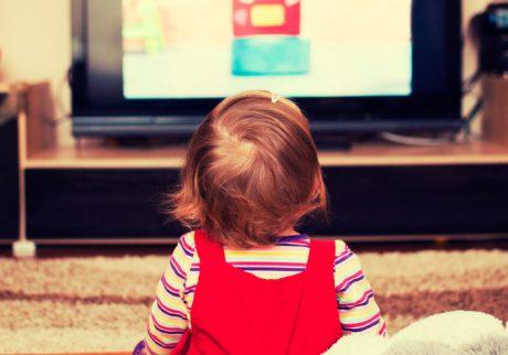 忙しい平日の夕方、テレビをつけっぱなしにしています