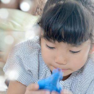 <span>ママだから撮れる、子ども写真</span> アイテムを使って、室内のシーンをキラキラ写真に