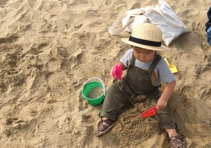 芝生で遊んだあとは砂浜へ。1日のんびりできる「芦屋市総合公園」