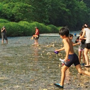 <span>水辺のキャンプ特集4</span> まるで天然水のプール! 川遊びが楽しい親子キャンプ【埼玉・群馬/川辺のキャンプ場】
