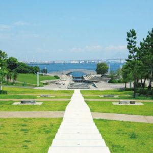 <span>公園ピクニック特集・7</span> 広ーい芝生に、海の見えるロケーション。駅近の公園・神奈川編【公園ピクニック特集】