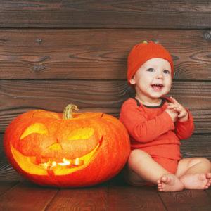 <span>編集部の取材エピソード</span> 定番のカボチャ服は赤ちゃん体型のうちに。小さな子どもと過ごすハロウィン