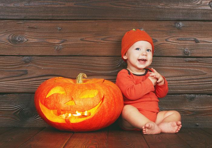 定番のカボチャ服は赤ちゃん体型のうちに。小さな子どもと過ごすハロウィン