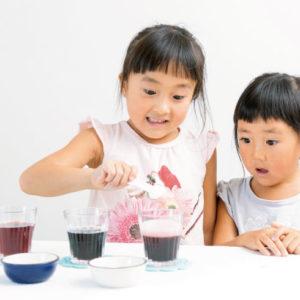 <span>3・4・5 歳向け</span> 雨の日は親子で実験! 手軽にできる「ぶどうジュースの変身マジック」