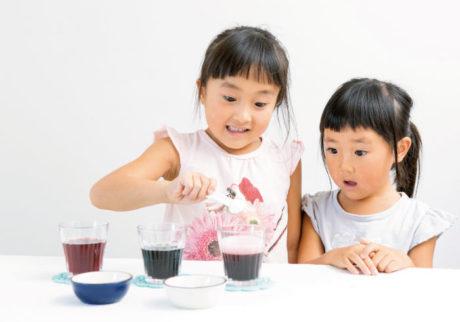 雨の日は親子で実験! 手軽にできる「ぶどうジュースの変身マジック」
