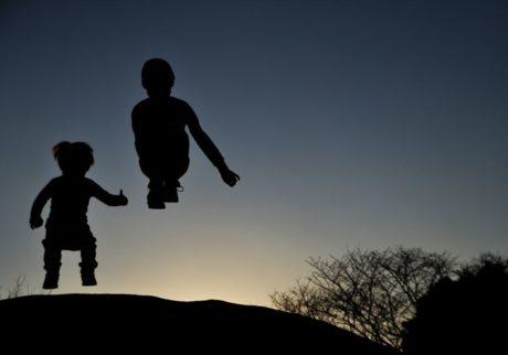 夕日を浴びた、シルエット写真に挑戦!【ママだから撮れる、子ども写真】