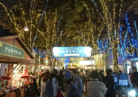 イルミネーショントレインも運行! さいたま新都心けやきひろばの「クリスマスマーケット2017」