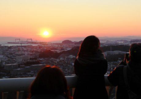 丘の上の動物園から臨む、2018年の絶景「初日の出」