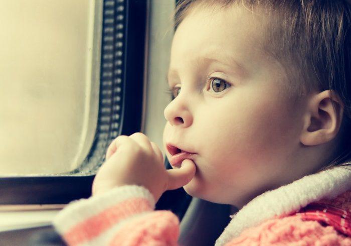 電車内でぐずりには動画?お菓子? 読者の声と先輩ママのアドバイス