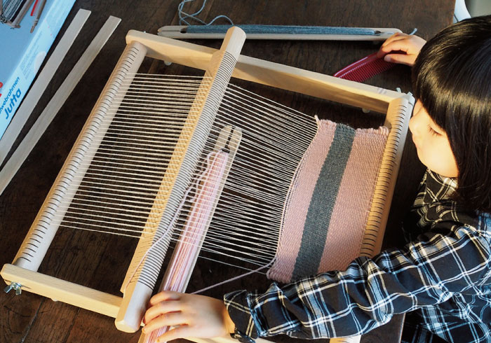 大人もハマりそう。ドイツ玩具メーカーの織り機