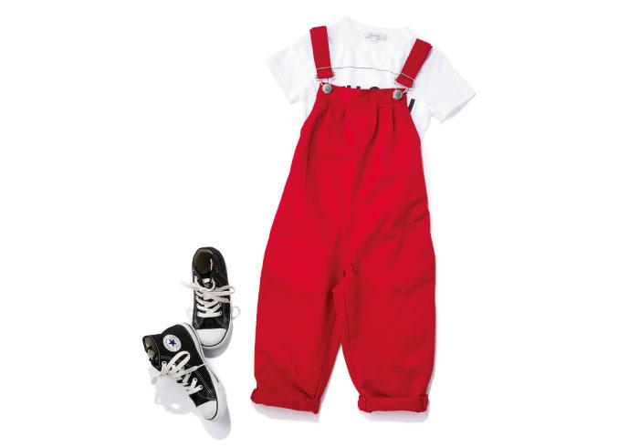 一度は着せたい「赤サロペ」には、白Tとコンバースを合わせて!