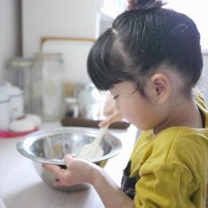 <span>ママだから撮れる、子ども写真</span> 働く子どもの真剣なまなざしをパシャリ。隠し撮り風写真のポイント