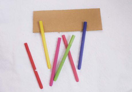 簡単に作れるおもちゃの楽器。ペットボトルキャップと段ボールで作る「カスタネット」【教えて!ケイト先生】