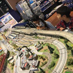 <span>親子で鉄分補給♪</span> 大きなジオラマで鉄道模型を運転できる、トミックスワールド!【ママ鉄・豊岡真澄の親子でおでかけ】