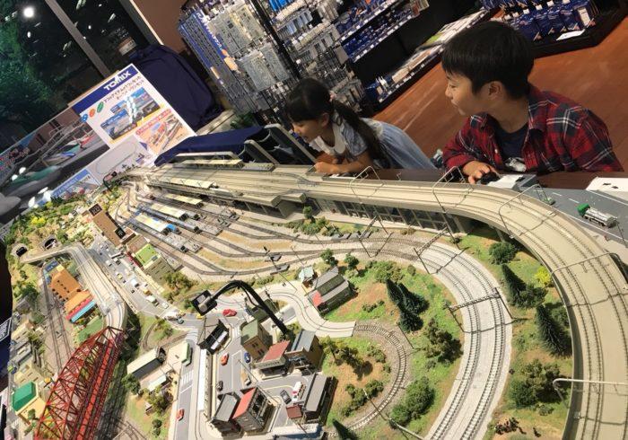 大きなジオラマで鉄道模型を運転できる、トミックスワールド!【ママ鉄・豊岡真澄の親子でおでかけ】
