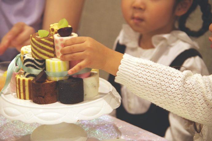 a0b2ddce29716 一番目立っていたのは、ケーキ台に乗せたメインのケーキ。かわいい!と子どもたちにも人気で、どれにしようかな?と選ぶ姿も楽しそうでした。