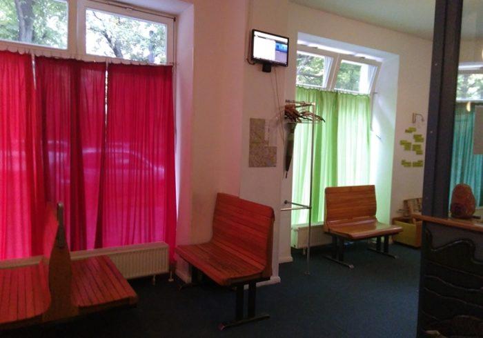 カラフルな空間に木のおもちゃがいっぱい。ドイツの子ども病院