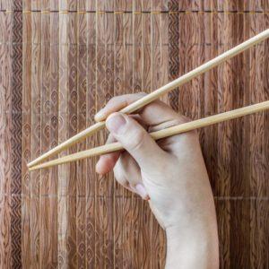<span>ママのためのカウンセリングルーム・66</span> お箸の正しい持ち方が自然と身につく、スプーンを使った遊び