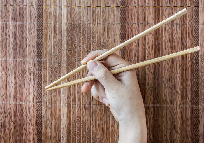 お箸の正しい持ち方が自然と身につく、スプーンを使った遊び