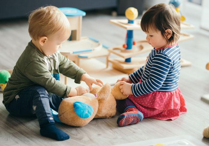 お友だちの髪を引っ張っておもちゃを奪う息子。ほかのママの目も気になって、憂鬱です