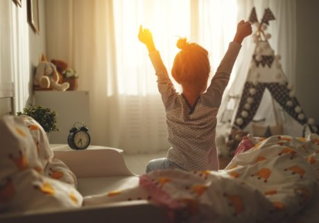 朝、子どもがなかなか起きられないとき、どうしてる? ママたちの声をご紹介!