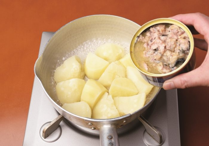 パカッと開けて、煮るだけ。簡単「さばじゃが」レシピ【サバ缶レシピ】