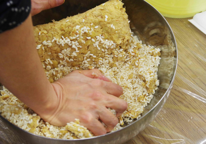 子どもと一緒に手作りお味噌。たった40分で仕込みが完成!