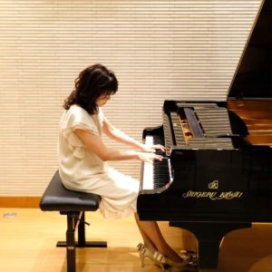 <span>働くママのLOVE & BEAUTY</span> ピアノとともに苦難を乗り越え、男子2人を育て上げた美魔女ピアニスト【岡田ミサコさんインタビュー】