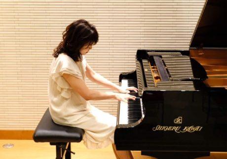 ピアノとともに苦難を乗り越え、男子2人を育て上げた美魔女ピアニスト【岡田ミサコさんインタビュー】
